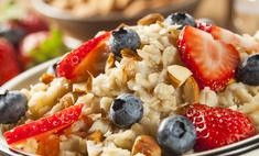 Завтрак из хлопьев с фруктами и орехами