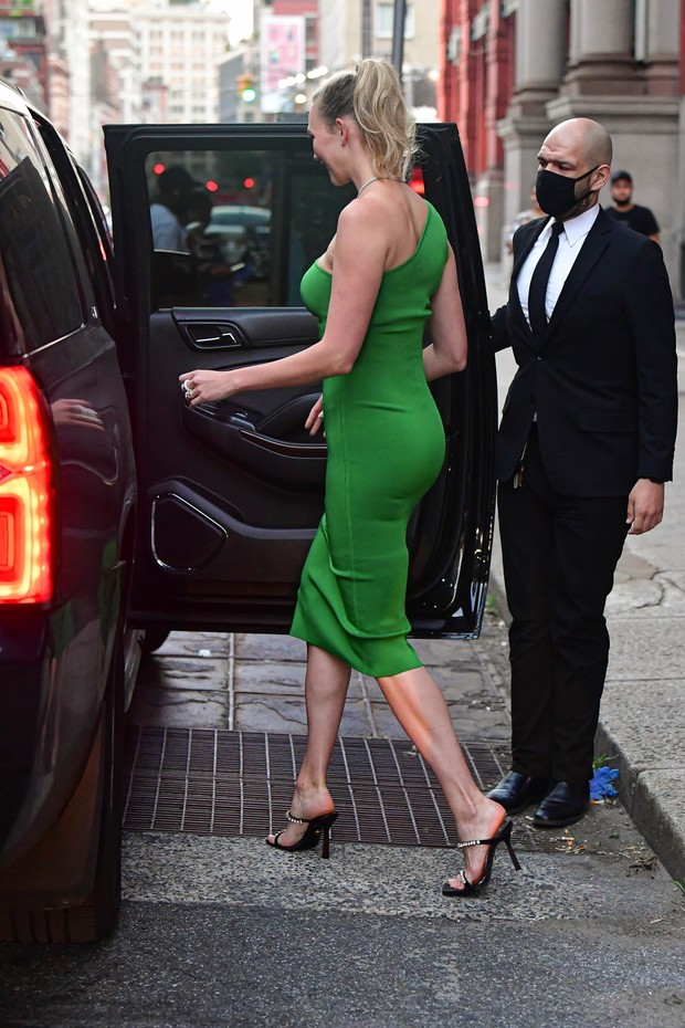 Фото №3 - Платье-комбинация на одно плечо— новая версия классики. Показывает Карли Клосс