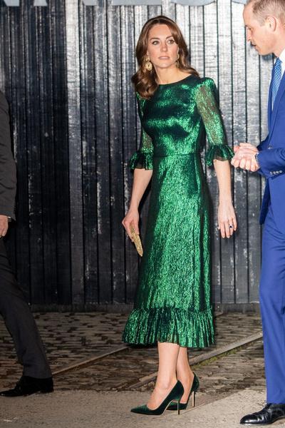 Фото №2 - Кейт Миддлтон пришла в бар в вечернем платье за 130 тысяч