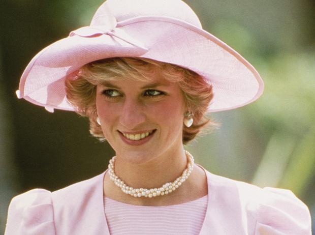 Фото №1 - Не все то золото: как принцесса Диана выдавала дешевую бижутерию за дорогие украшения