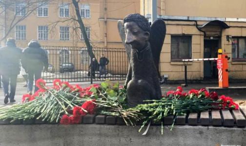 Фото №1 - Тайно, узким кругом. Беглов открыл памятник погибшим от ковида медикам без медиков
