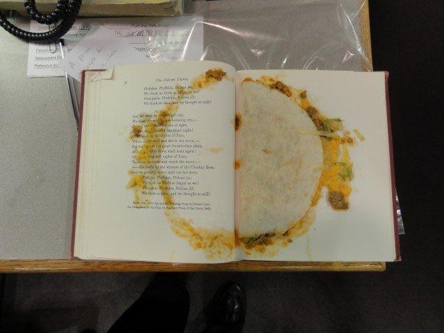 Фото №2 - Твит дня: библиотекарь нашла в книге лепешку, которую использовали как закладку (фото)