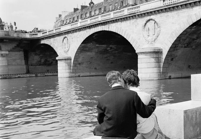 Пара на берегу Сены