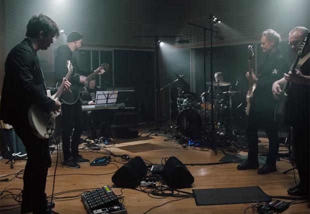 Фото №1 - Музыканты группы «Кино» показали новую версию песни «Троллейбус» (видео)
