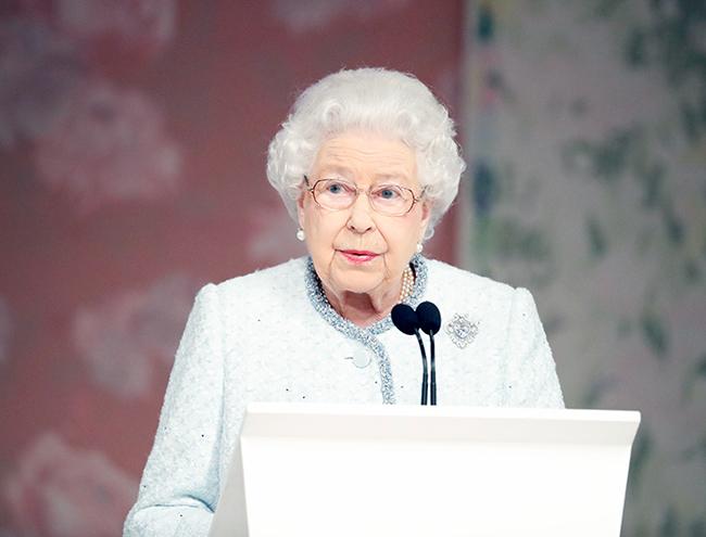 Фото №5 - Впервые в жизни: Королева Елизавета II посетила модный показ