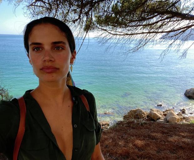Фото №2 - Будни супермодели: Сара Сампайо в алом купальнике на пляже в Португалии