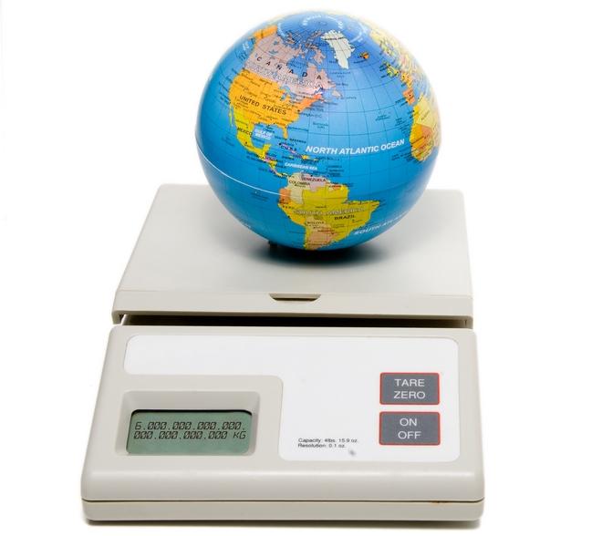 shutterstockЗа сутки на Землю выпадает 5–6 тонн метеорных частиц. Большинство их сгорает в атмосфере. Но Земля теряет больше из-за улетучивания в космос водорода и гелия из верхних слоев атмосферы. Величина этих потерь оценивается в 200–300 тонн в сутки. Гелий поступает в атмосферу из земных недр, где он рождается при распаде радиоактивных элементов, а водород образуется в верхних слоях атмосферы при разрушении молекул воды космическим излучением.