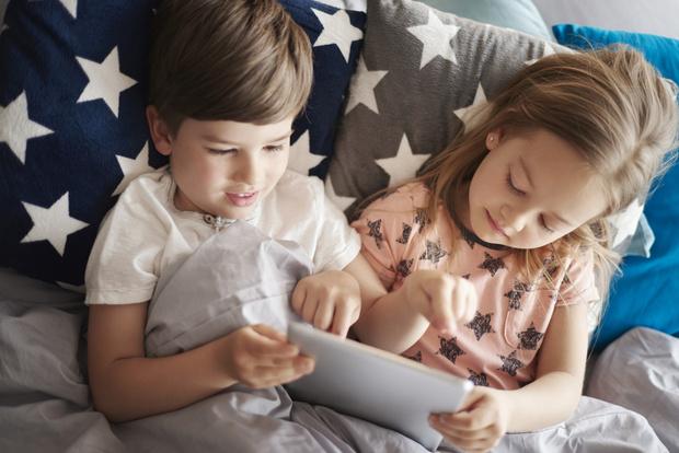 Фото №1 - Что происходит с мозгом ребенка, когда он играет на планшете