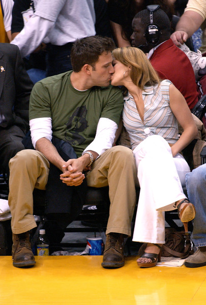 Фото №6 - Мини-бикини и жаркие поцелуи с Беном Аффлеком: Джей Ло отметила 52-летие на яхте