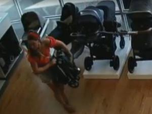 Фото №2 - Мать украла детскую коляску, но забыла в магазине ребенка