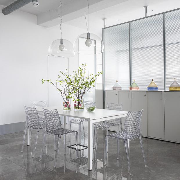 Одну половину пространства занимает open space, вторую— выделенная зона бухгалтерии и кабинет руководителя, по центру расположена кухня. Акустические перегородки, Narbutas.