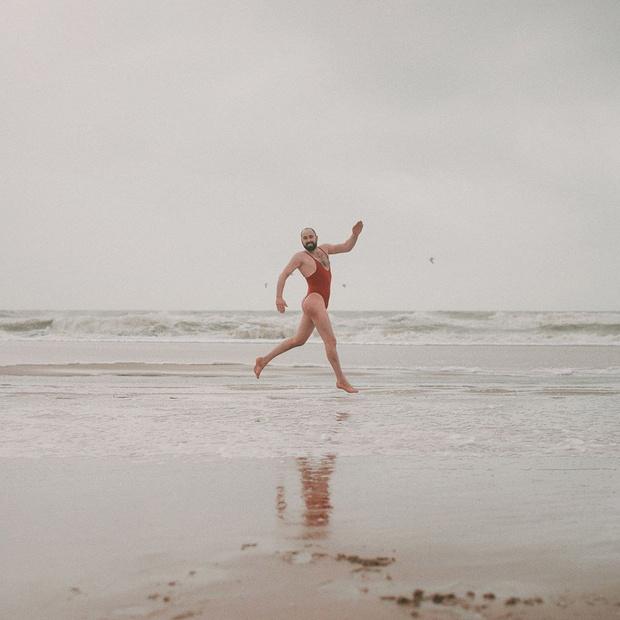 Фото №2 - Магазин по ошибке предложил мужчине стать моделью купальников, и он согласился