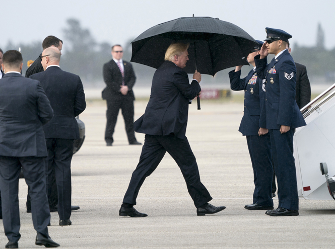 Фото №2 - Зонтик для нарцисса: Дональд Трамп не думает даже о своей семье