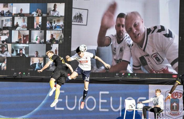Фото №5 - На чемпионате Дании по футболу болельщиков выводили на трибуны по Zoom. И вот что видели игроки (фото)