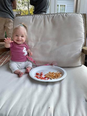 Фото №8 - 2-летняя девочка с редкой болезнью весит 3 кг и носит одежду для новорожденных