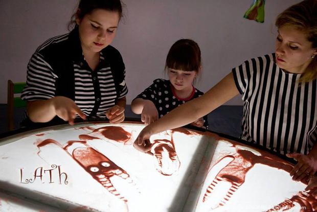 Фото №1 - Студия рисования песком СэндПРО приглашает принять участие в театральном проекте «Крыша ехала домой...»
