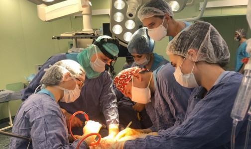 Фото №1 - В московской клинике пациентке с огромной злокачестенной опухолью удалили почку и вернули на место