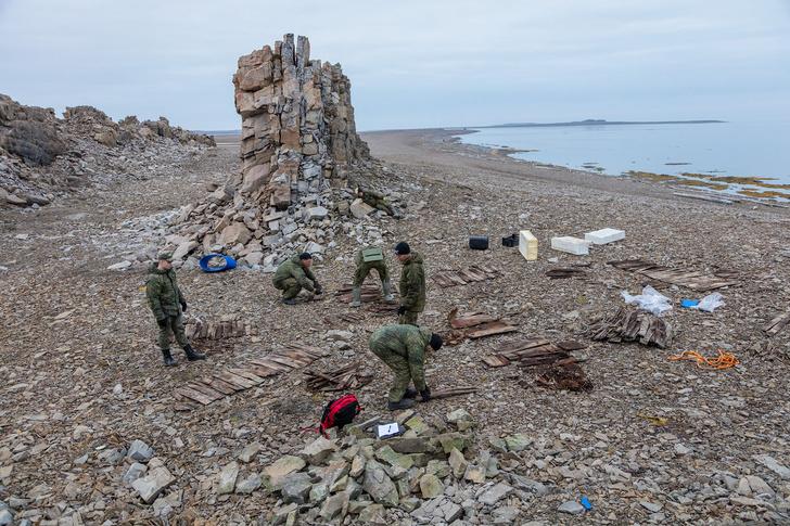 Фото №1 - Экспедиция РГО и Северного флота нашла в Арктике продовольственное депо XIX века