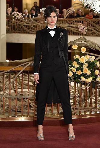 Фото №8 - Только топ-модели: Эшли Грэм, Наоми Кэмпбелл и другие на показе Dolce & Gabbana Alta Moda
