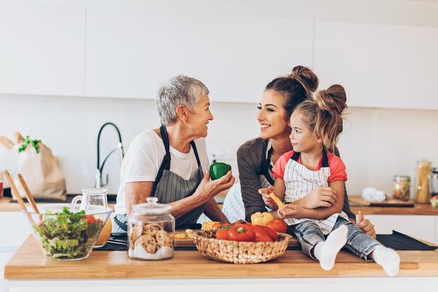 Фото №1 - Праздник непослушания: как бабушки вредят внукам
