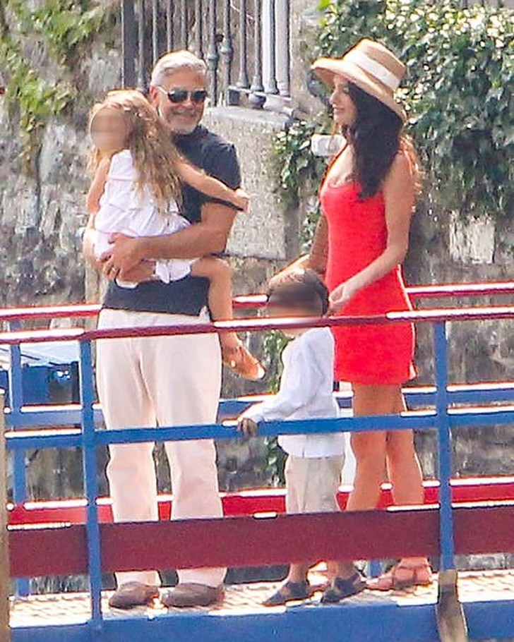 Фото №1 - Идеальная семья: Амаль и Джордж Клуни отдыхают с детьми в Италии