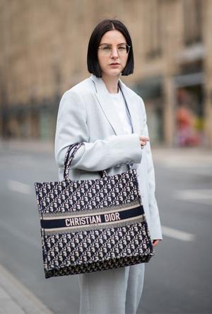 Фото №9 - Объем имеет значение: с чем носить оверсайз-сумки (и где искать самые модные)