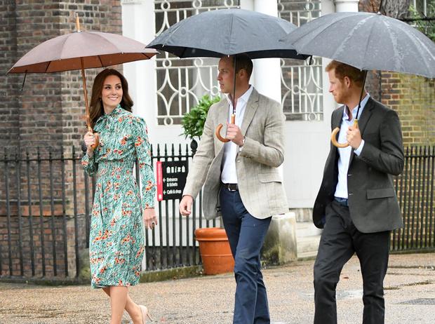 Фото №4 - Как Королева контролирует принца Гарри и герцогиню Меган