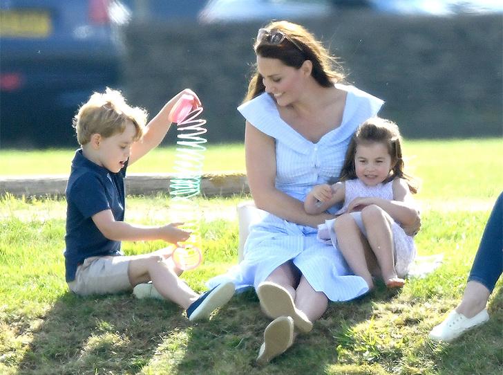 Фото №3 - Семейный выходной: принцесса Шарлотта, принц Джордж, Кейт и Уильям на игре в поло