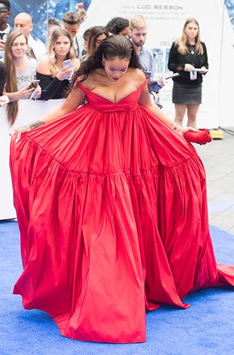 Фото №11 - Это слишком: как Рианна «помешалась» на одежде oversize