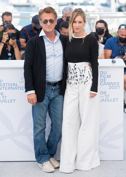 Фото №2 - Дилан Пенн в высоких брюках, расшитых лавандой