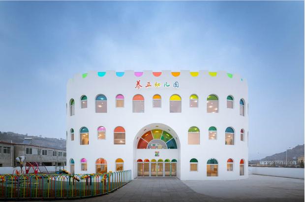 Фото №1 - Детский сад в форме торта, который может менять цвета: фото