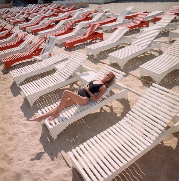 Фото №1 - Что происходит с кожей, пока вы нежитесь на пляже