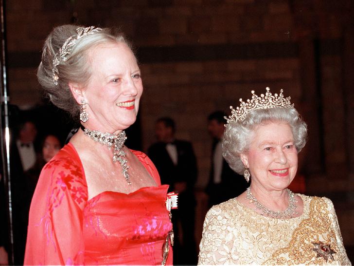 Фото №1 - Битва драгоценностей: у какой европейской королевы украшения дороже и роскошнее, чем у Елизаветы