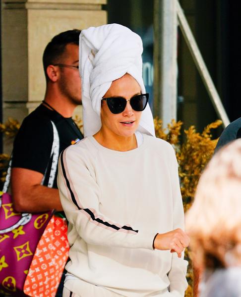 Фото №1 - Джей Ло подловили без макияжа и с полотенцем на голове