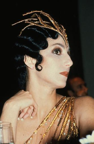 Фото №12 - Королева «голых» платьев: самые эпатажные наряды Шер, которые вошли в историю