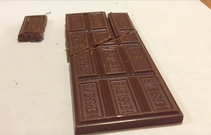 Фото №1 - Классический фокус: разрезать шоколадку и сложить обратно так, чтоб остался лишний кусочек (видео)