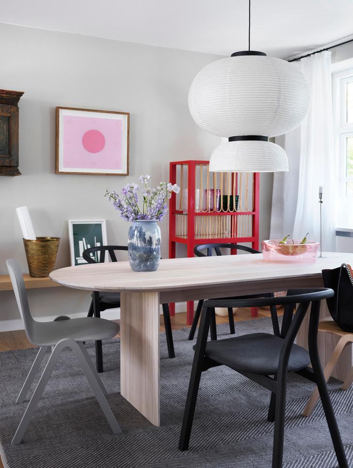Мебель выполнена по дизайну Мии Лагерман (Mia Lagerman). Черные стулья, Kristensen & Kristensen. Серый стул, Icons of Denmark.