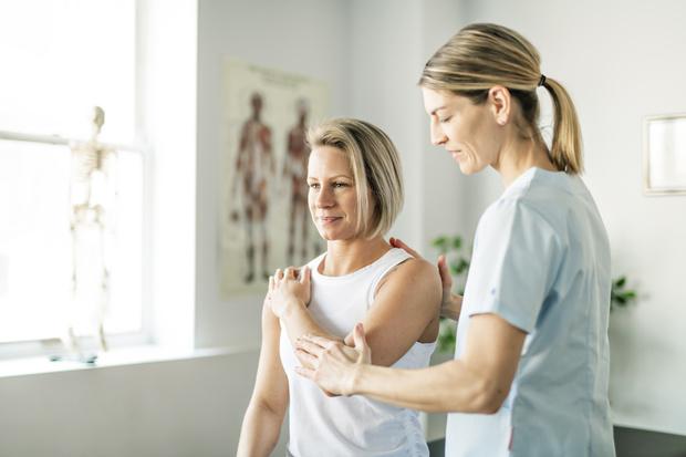 как поднять опущенные плечи массаж у мужчин что делать