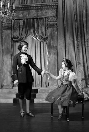 Фото №13 - Рождественский театр Виндзоров: как принцессы Елизавета и Маргарет поднимали боевой дух нации