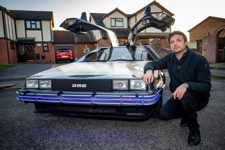 Фото №6 - Британский дизайнер потратил кучу времени и целое состояние, чтобы собрать точную копию машины из «Назад в будущее» (фото)