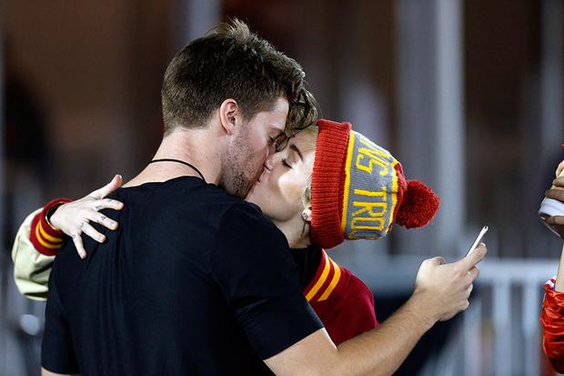 Фото №1 - Майли Сайрус и Патрик Шварценеггер сказали все своим поцелуем