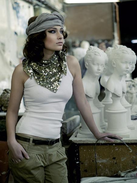 Топ, Cristina Effe, 2000 руб.; брюки-галифе из хлопка, TopShop, 1750 руб.; платок, расшитый пайетками, TopShop, цена по запросу; шарф из хлопка с люрексом, повязанный на голову, Part Two, цена по запросу; кожаный ремень, MaxMara, 3000 руб.