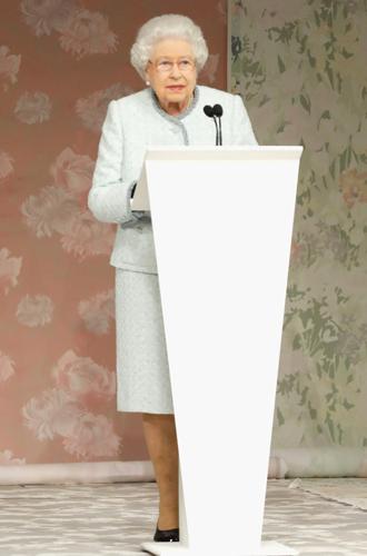 Фото №2 - Стилист Ее Величества: кто такая Анджела Келли (и почему ее так ценит Елизавета II)