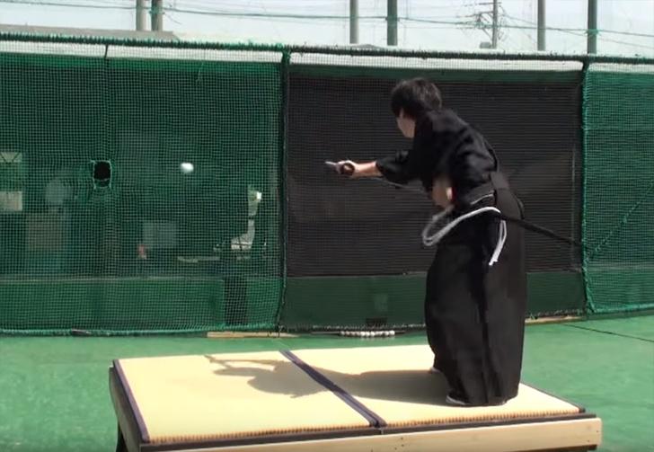 Фото №1 - Современный самурай разрезает бейсбольный мяч, летящий на скорости 160 км/ч (видео)