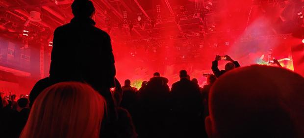 Фото №3 - В Екатеринбурге зрители заплатили за VIP-места на концерт Scorpions, а их посадили лицом к стенке (фото)