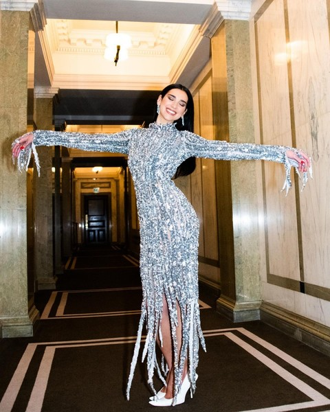 Фото №2 - Идея на выпускной: серебряное платье в пайетках как у Дуа Липы на «Оскаре»