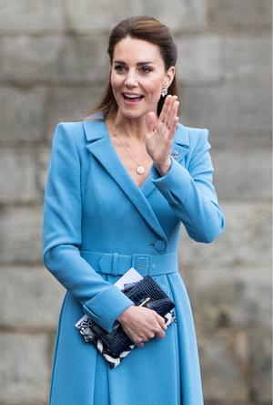 Фото №23 - Клетка, джинсы и костюмы: все наряды герцогини Кейт в туре по Шотландии