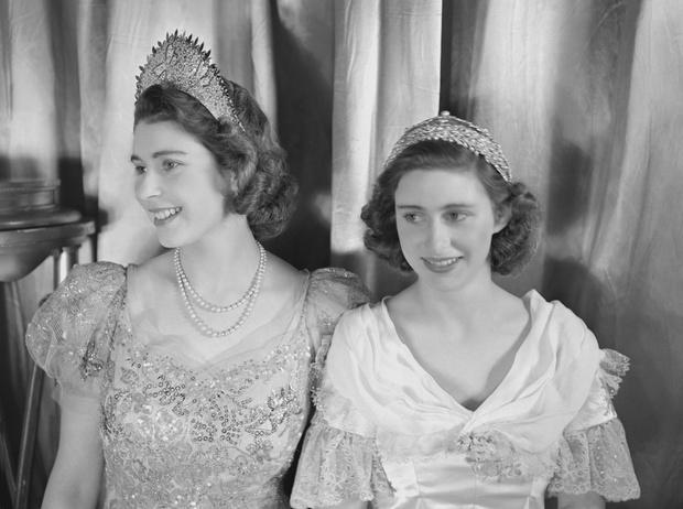 Фото №1 - Рождественский театр Виндзоров: как принцессы Елизавета и Маргарет поднимали боевой дух нации