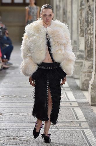 Фото №30 - Стразы, ботфорты и колготки в сеточку: как в моду входит все то, что раньше считалось безвкусицей