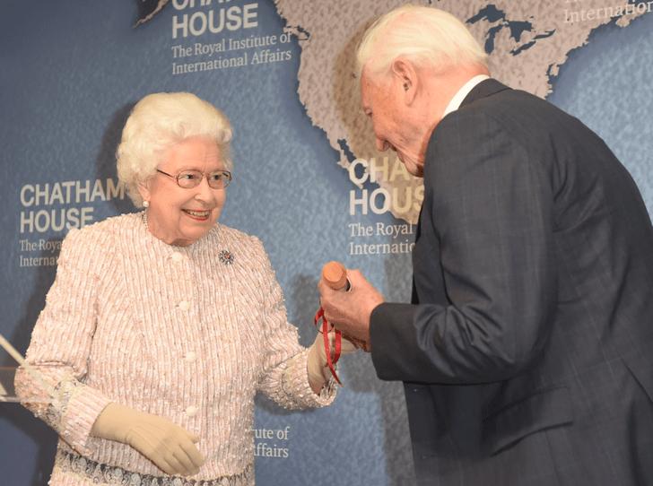 Фото №1 - Как Королева пошутила в годовщину своей свадьбы